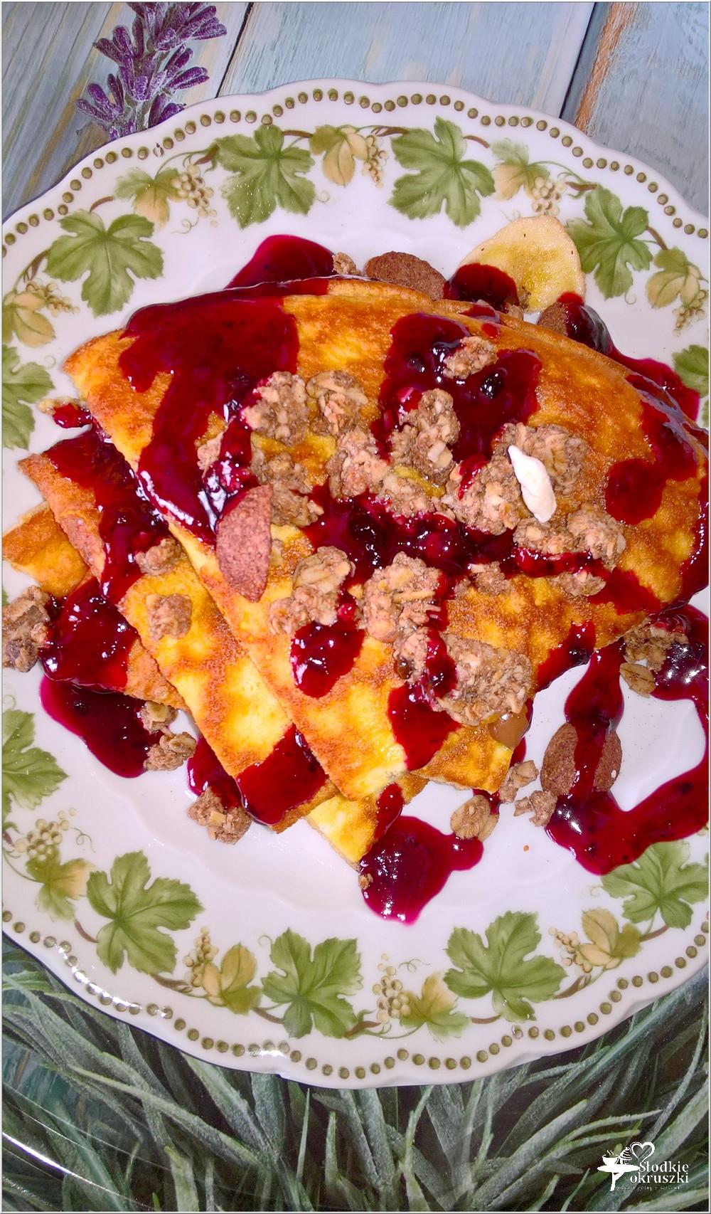 Puszysty omlet z musli w jagodowym sosie (1)