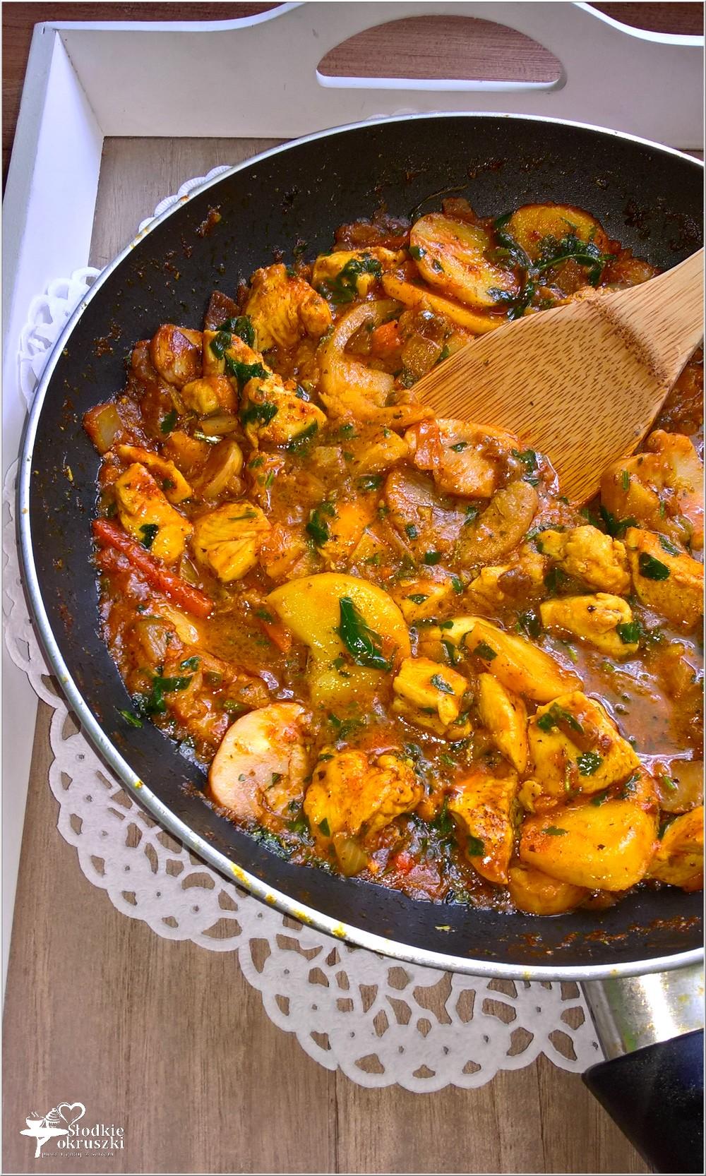 Szybki obiad. Kurczak z warzywami i grzybami w sosie pomidorowym (1)