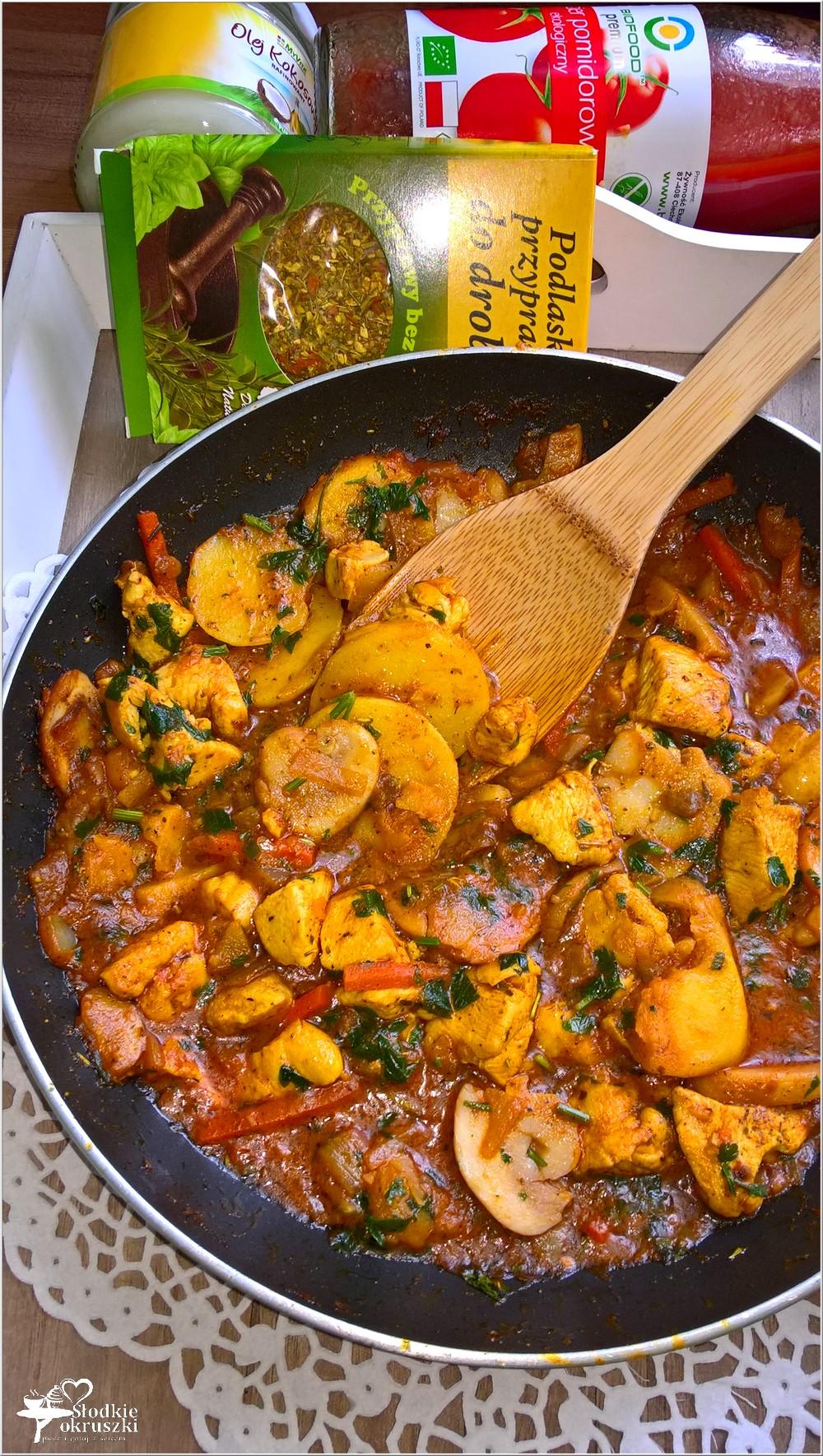 Szybki obiad. Kurczak z warzywami i grzybami w sosie pomidorowym (2)