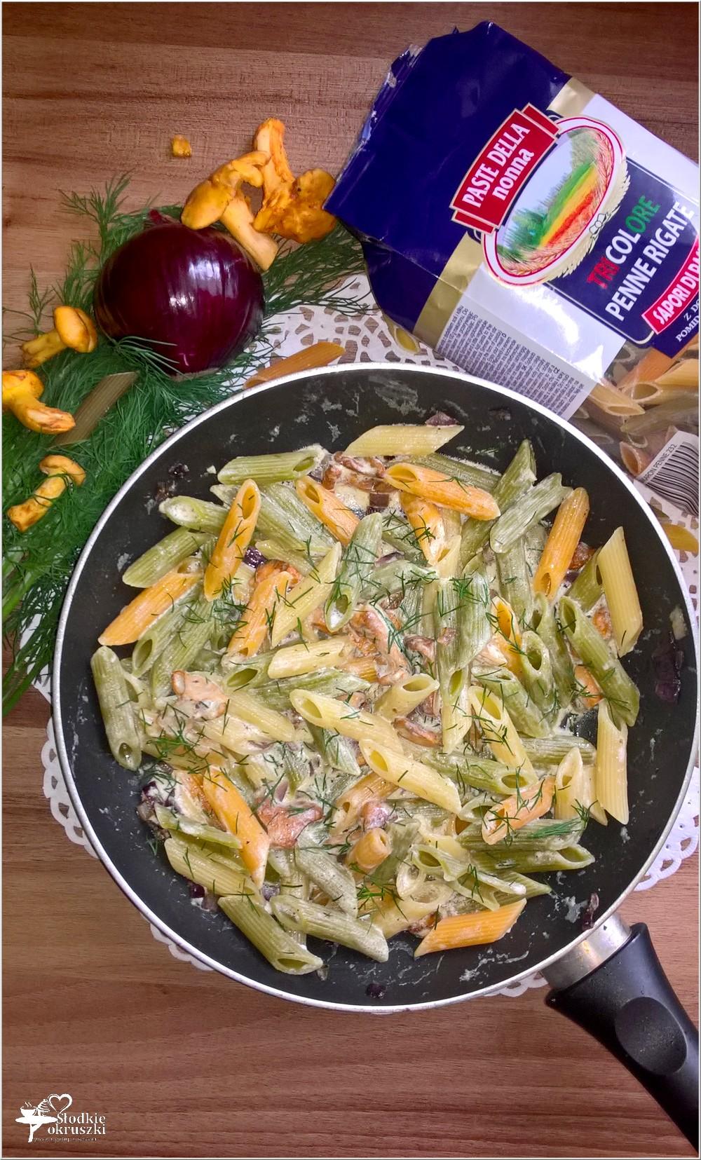 Trójkolorowy makaron z kurkami w sosie śmietanowym (2)