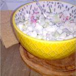 Lekkie śniadanie. Serek wiejski z ziołami, ogórkiem i rzodkiewką.