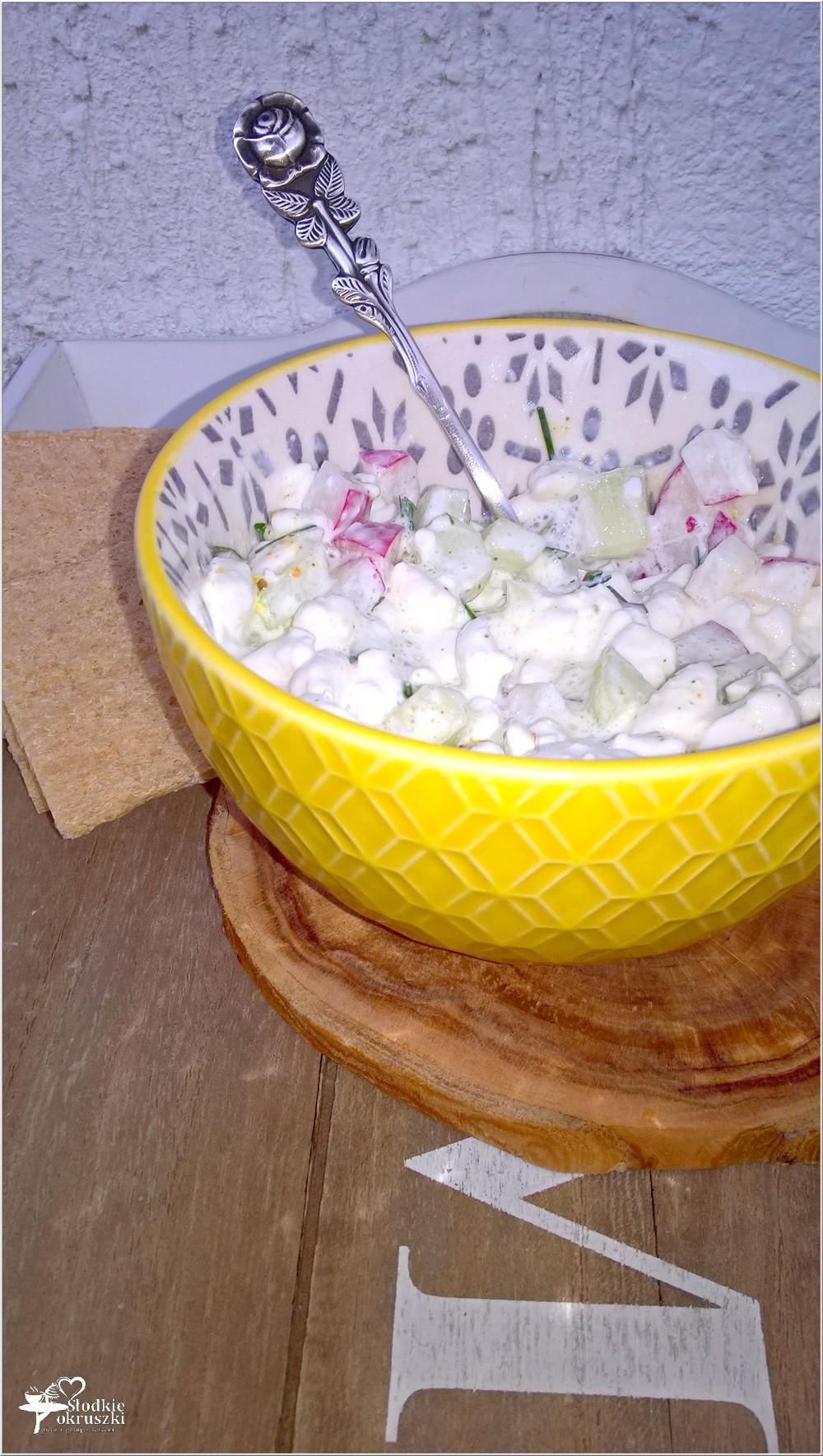 Lekkie śniadanie. Serek wiejski z ziołami, ogórkiem i rzodkiewką (1)