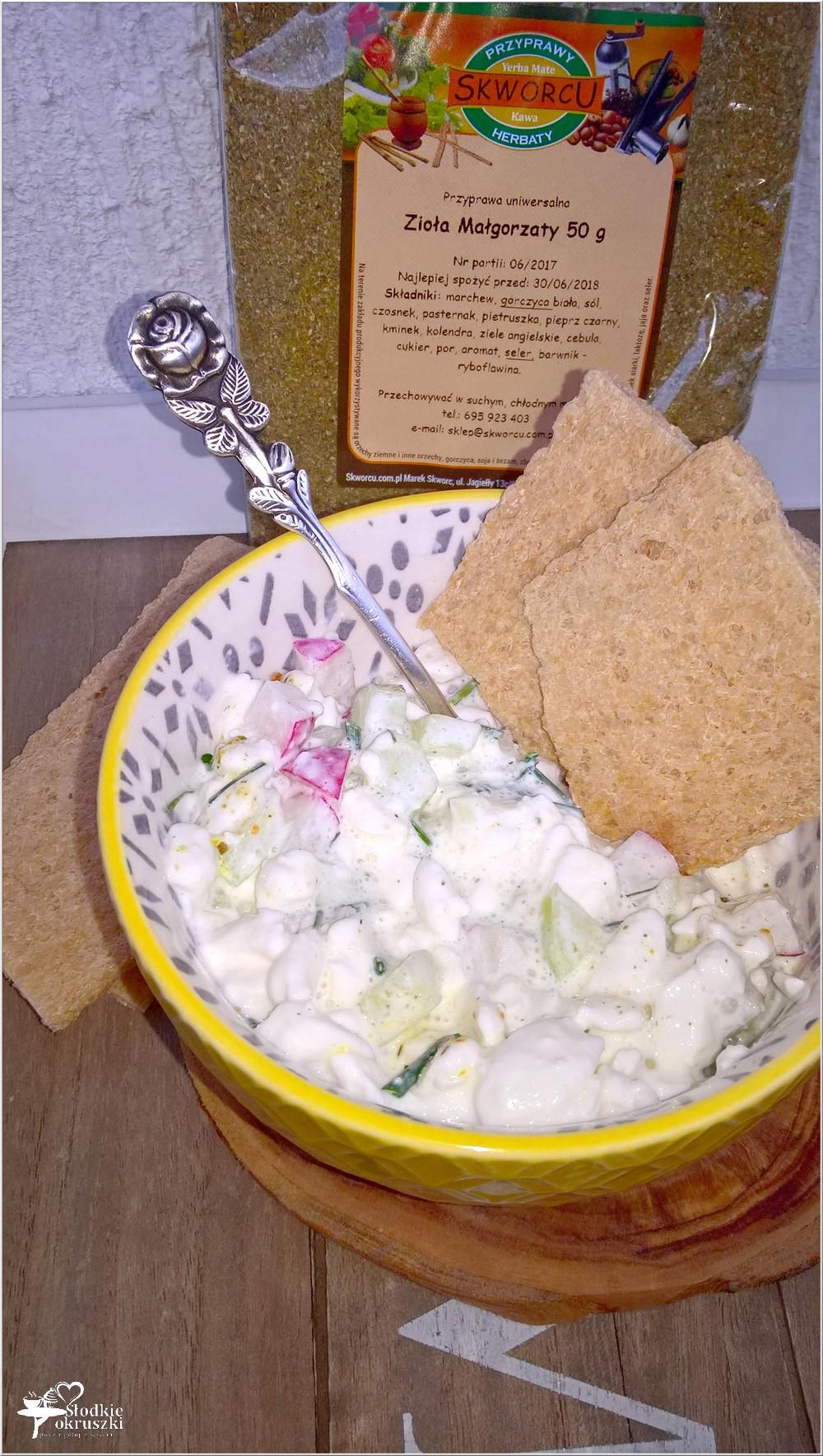 Lekkie śniadanie. Serek wiejski z ziołami, ogórkiem i rzodkiewką (4)