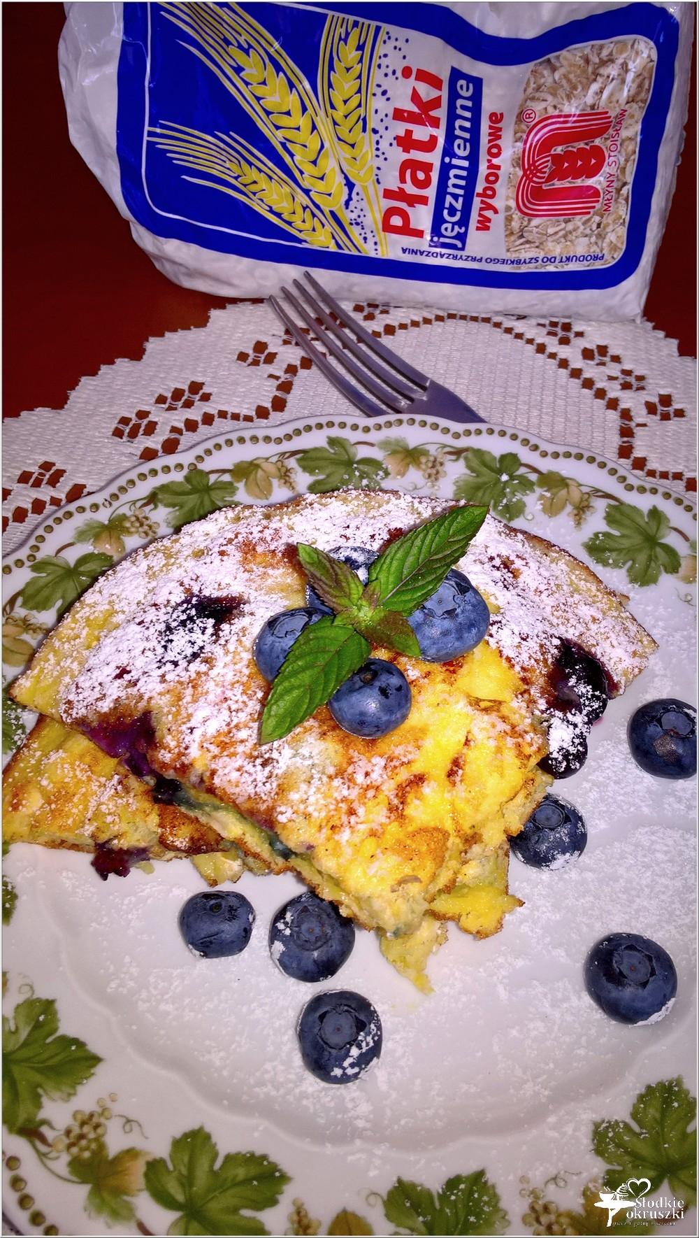 Puszysty omlet z borówkami i płatkami jęczmiennymi (1)