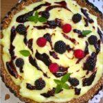 Budyniowa tarta bez pieczenia z konfiturą z czarnego bzu i owocami