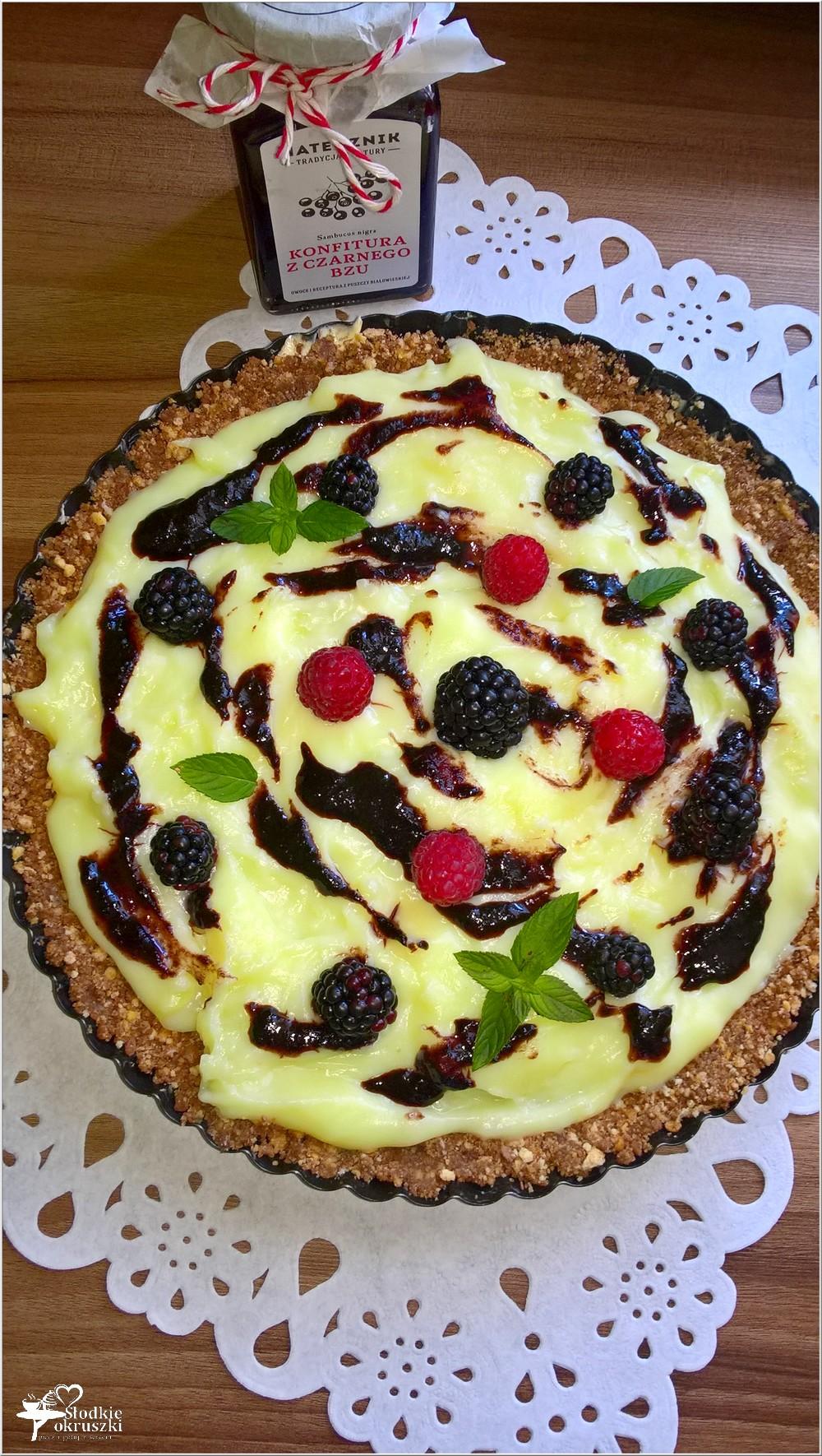Budyniowa tarta bez pieczenia z konfiturą z czarnego bzu i owocami (2)