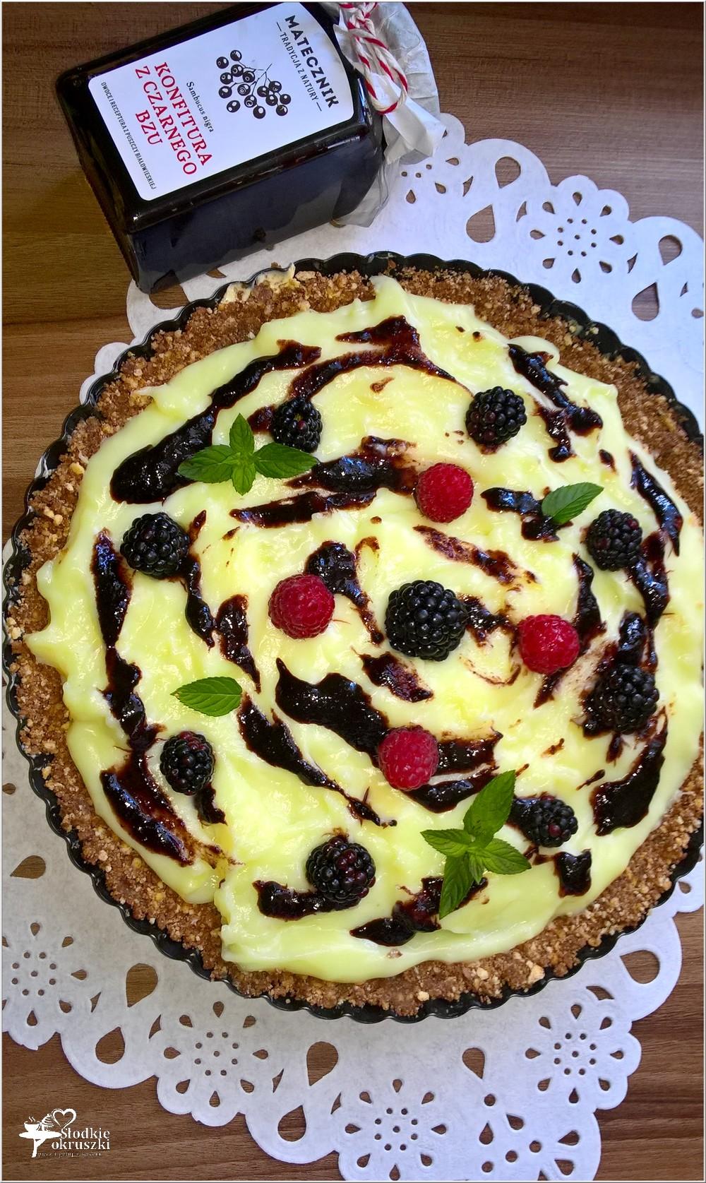 Budyniowa tarta bez pieczenia z konfiturą z czarnego bzu i owocami (3)