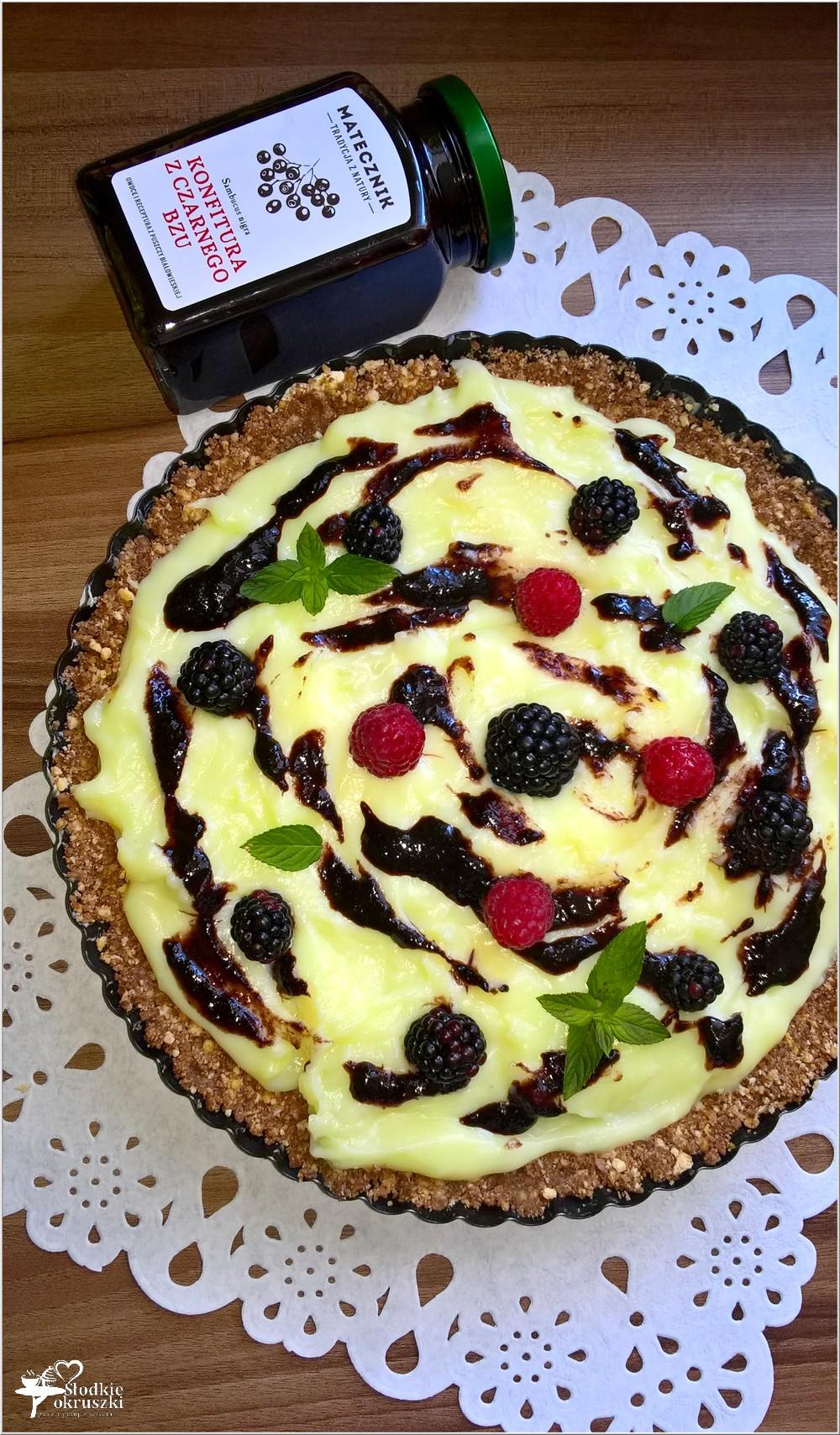 Budyniowa tarta bez pieczenia z konfiturą z czarnego bzu i owocami (4)