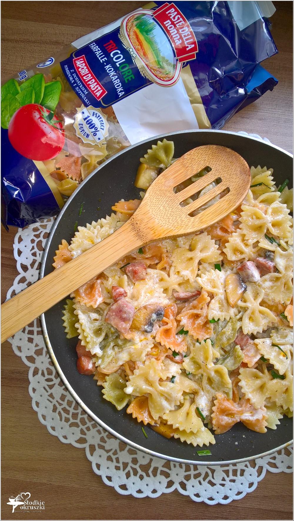 Makaronowe kokardki z pieczarkami i kiełbasą żywiecką (2)