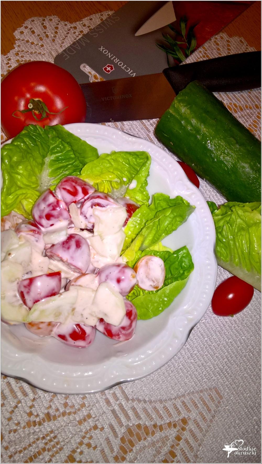 Sałatka z pomidorków w lekko czosnkowym sosie (2)