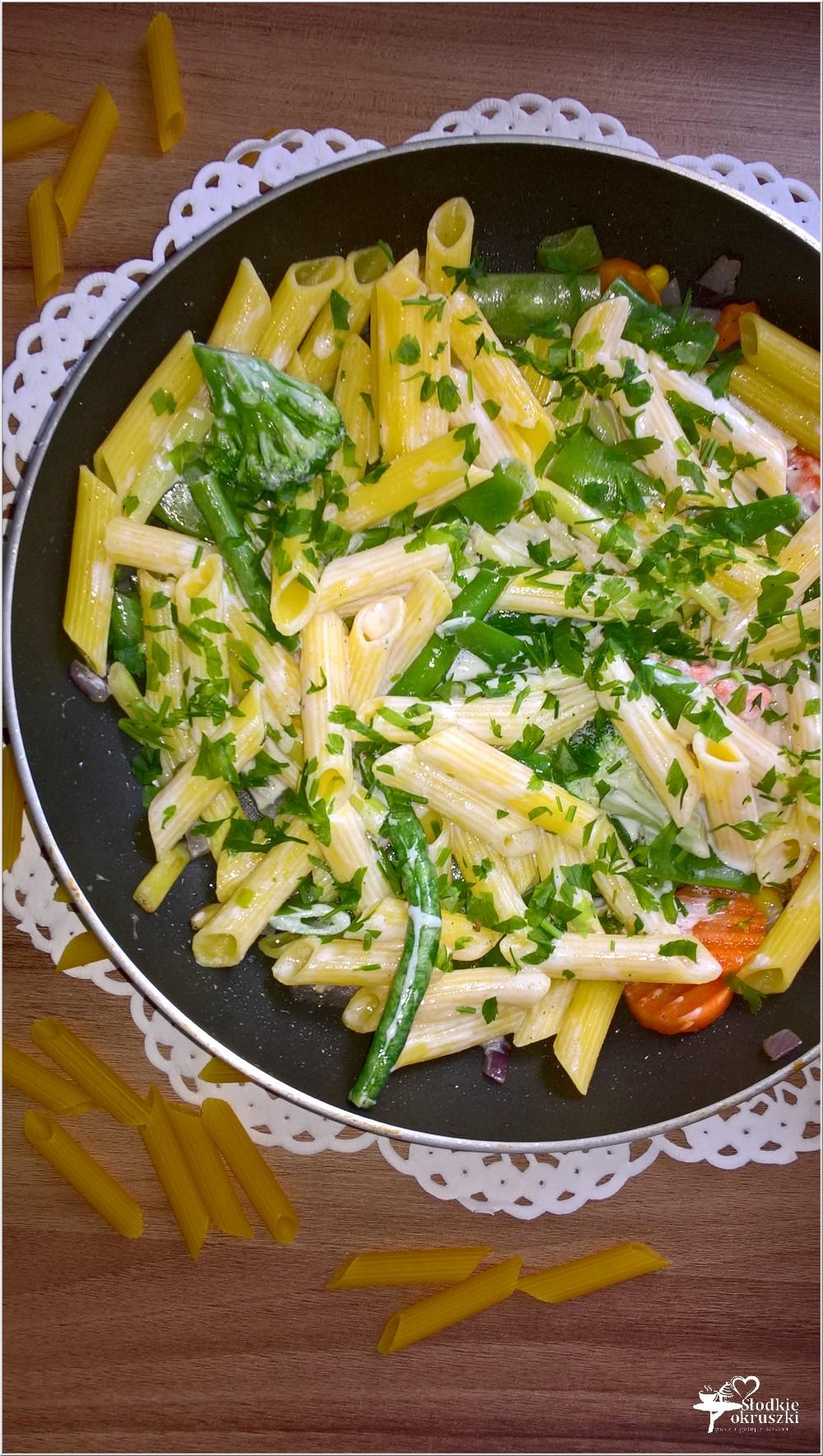 Bezglutenowy makaron z warzywami i jogurtem. Lżejszy obiad. (1)