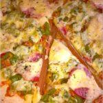 Pizza z zieloną papryką i kiełbasą krakowską podsuszaną