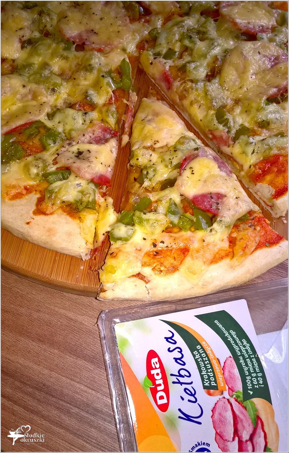 Pizza z zieloną papryką i kiełbasą krakowską podsuszaną (3)