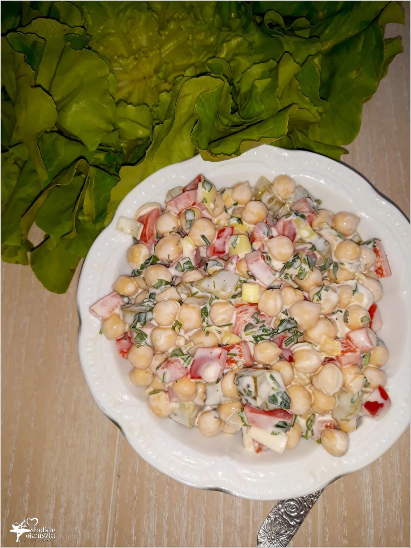 Kolorowa sałatka z cieciorką (1)