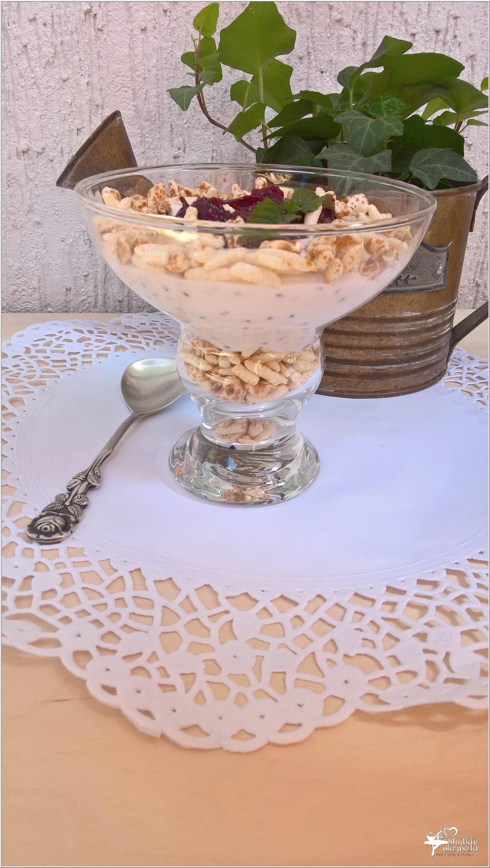 Lekki deser sernikowy z chia i powidłami z czarnych porzeczek i jabłek (3)