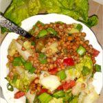 Sałatka z soczewicą, papryką i zielonymi dodatkami