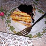 Jogurtowy omlet z corn flakes i konfiturą jagodową