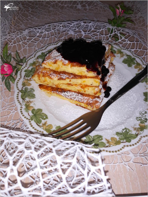 Jogurtowy omlet z corn flakes i konfiturą jagodową (1)