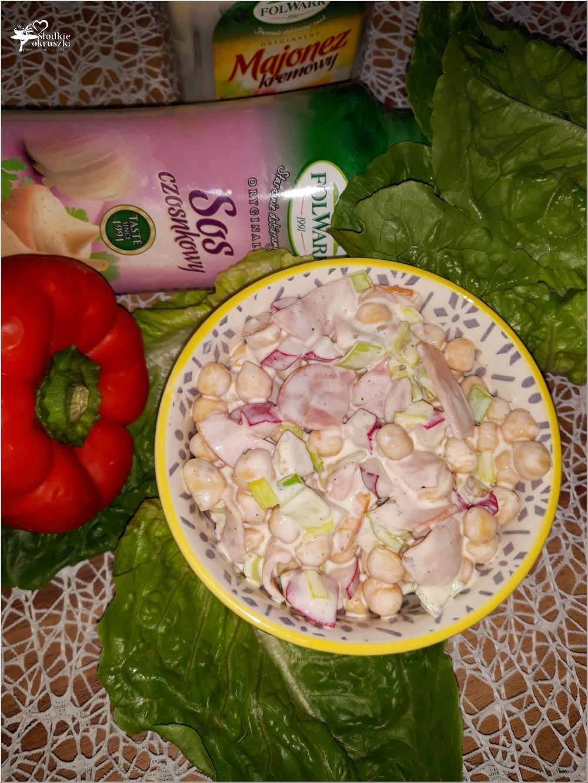 Lekko czosnkowa sałatka z cieciorką i polędwicą sopocką (2)