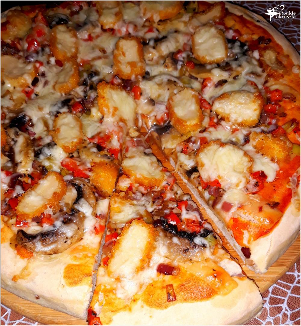 Pizza z nuggetsami na grubym cebulowym cieście (4)