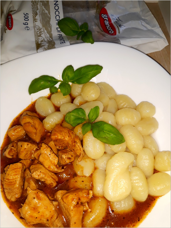 Ziołowo-pomidorowy sos z kurczakiem i kluseczkami (gnocchi) (3)