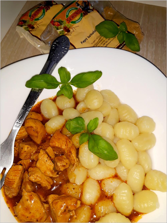 Ziołowo-pomidorowy sos z kurczakiem i kluseczkami (gnocchi) (4)