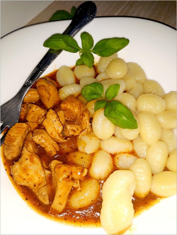 Ziołowo-pomidorowy sos z kurczakiem i kluseczkami (gnocchi) (5)