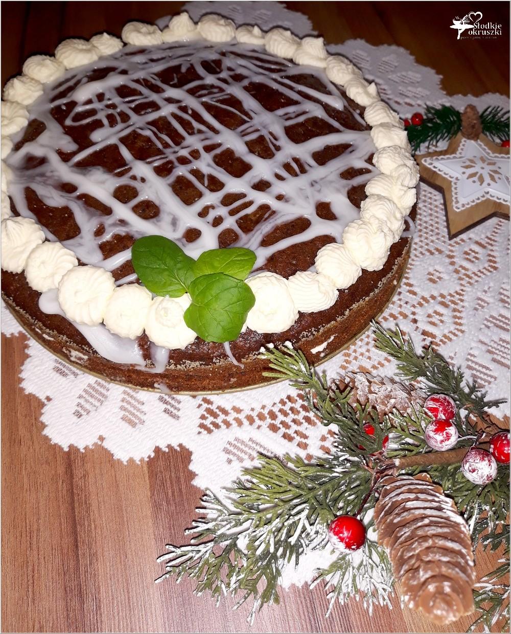 Świąteczny piernikowy tort z cytrynowym kremem i wisienkami (5)