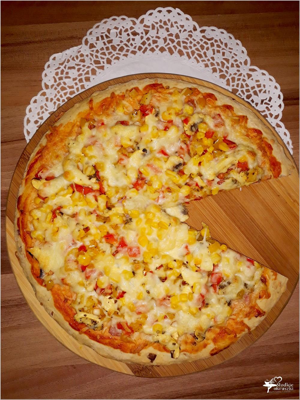 Domowa pizza na grubym cieście z kolorowym farszem (1)