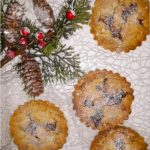 Imprezowe mini tarty z kajmakiem i solonymi migdałami