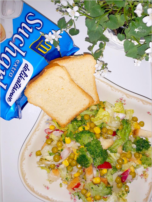 Chrupiąca sałatka z brokułem i sucharkami Mamut (1)