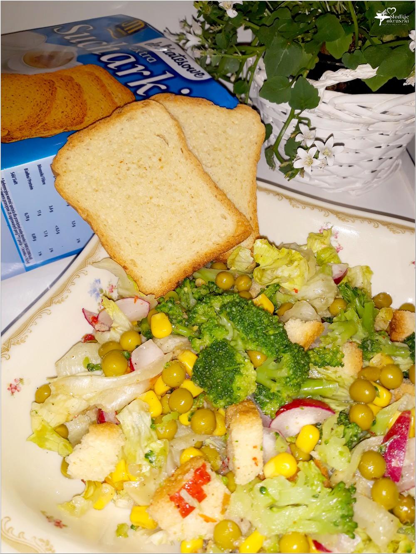 Chrupiąca sałatka z brokułem i sucharkami Mamut (3)
