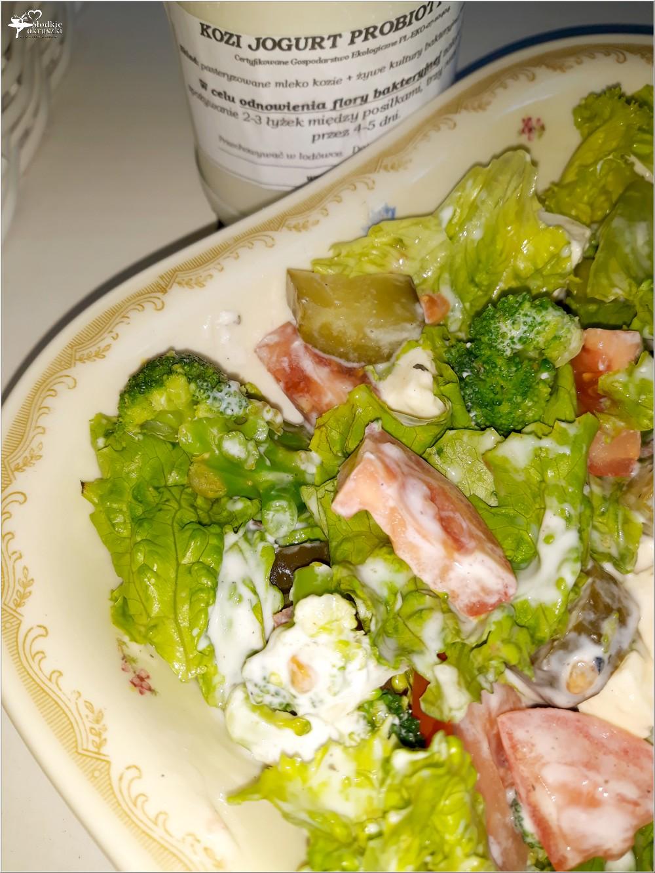 Lekka sałatka z brokułami i kozim serem solankowym (w jogurtowo-czosnkowym sosie) (3)