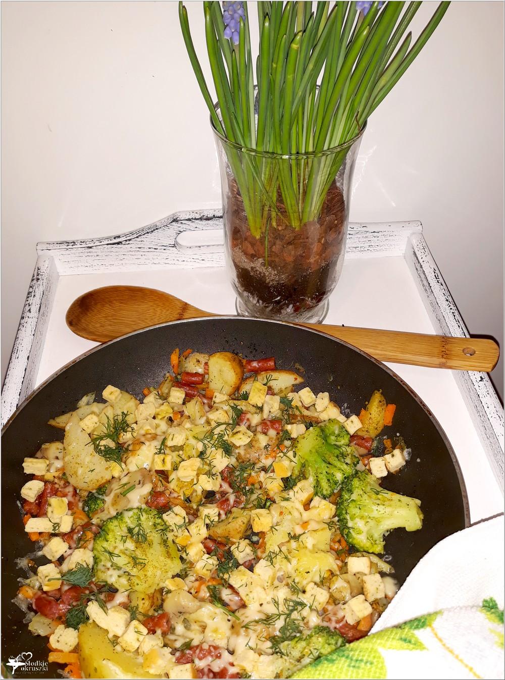 Mix warzyw z czosnkowymi grzankami i kabanosem (3)