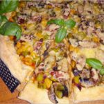 Prosta domowa pizza z kolorowymi dodatkami