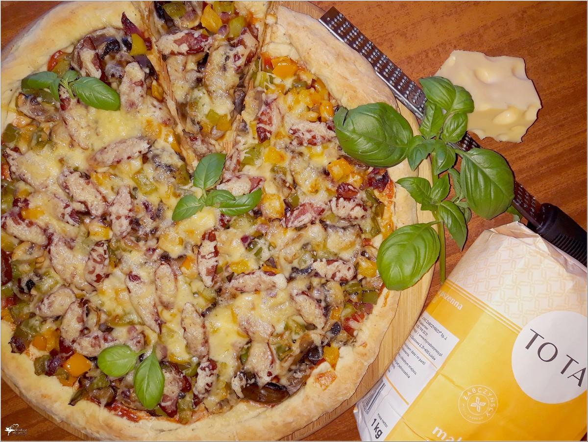Prosta domowa pizza z kolorowym farszem (2)