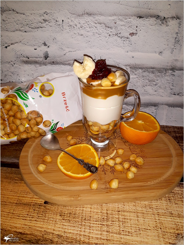 Deserowy serniczek z sosem kajmakowym, bananem i groszkiem ptysiowym