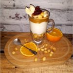 Deserowy serniczek z sosem kajmakowym i bananem