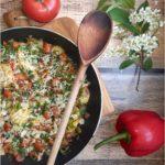 Frankfurterki smażone z warzywami i serem