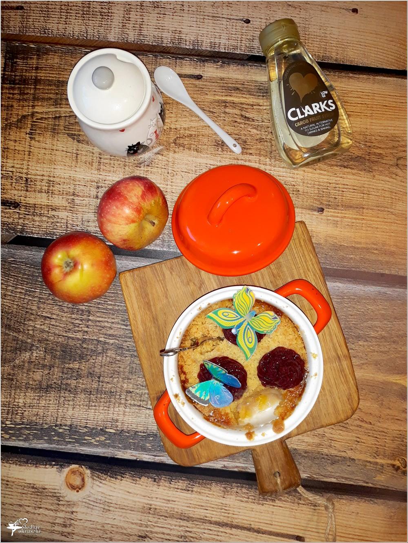 Prosty pieczony deser - banany, jabłka i syrop z karobu pod szybką kruszonką