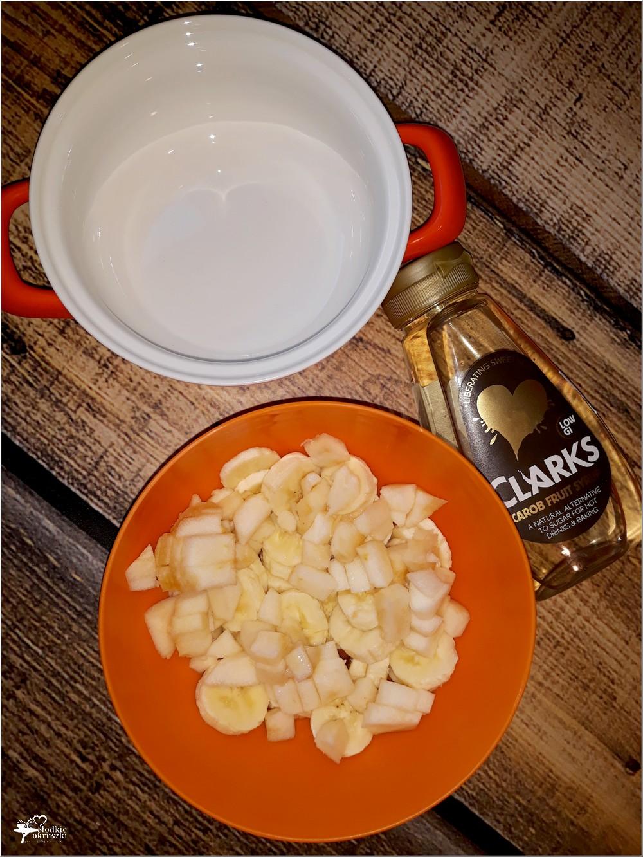 Banany jabłka syrop z karobu i kruszonka – składniki na prosty pieczony deser