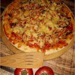Domowa pizza na cieście z dodatkiem suszonej bazylii