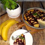 Bananowy sernik z jagodową polewą (na twarogu)