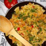 Makaron kokardki w lekkim sosie paprykowo-pieczarkowym