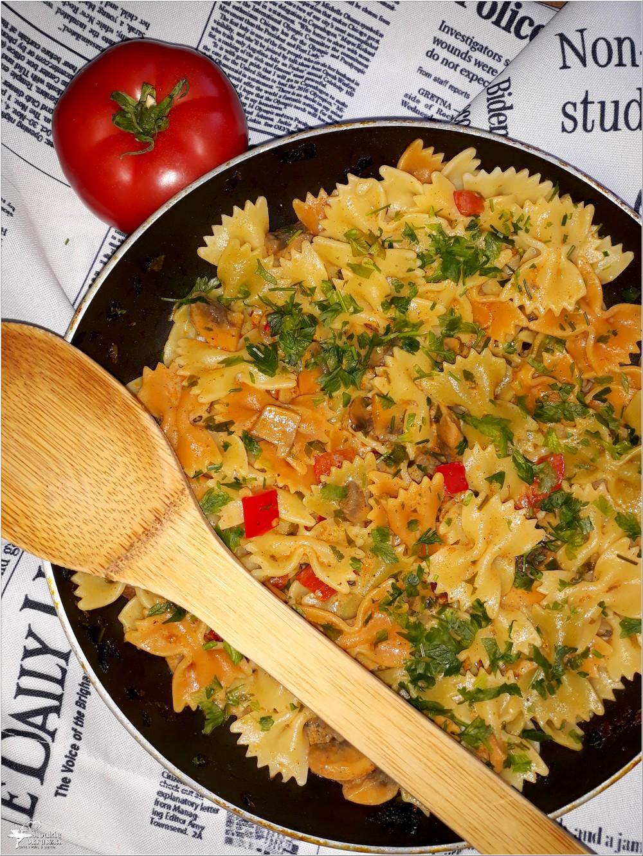 Makaron kokardki w lekkim sosie paprykowo-pieczarkowym (1)