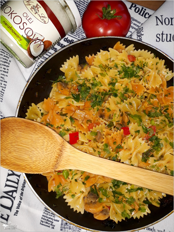 Makaron kokardki w lekkim sosie paprykowo-pieczarkowym (3)