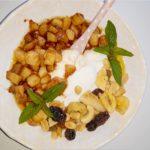 Prosty deser z karmelizowanym jabłkiem i mieszanką studencką