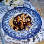 Jogurtowe placuszki z sosem czekoladowym i orzeszkami ziemnymi