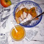 Jabłkowy omlet z cynamonem i owocami