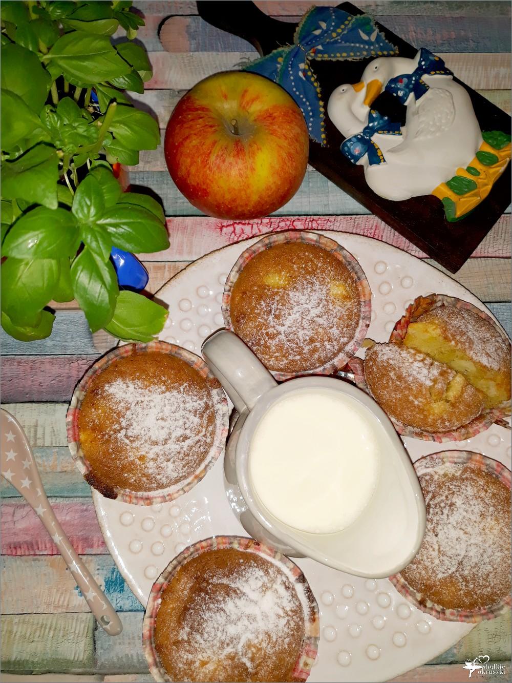 Waniliowe babeczki z jabłkami - babeczki na maśle